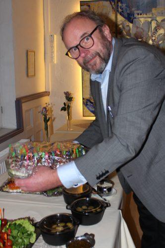 2. viseformann Einar Tønnessen tar i et tak med serveringen.